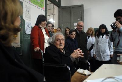 Lilia, la ex alumna de 104 años que volvió a visitar su escuela